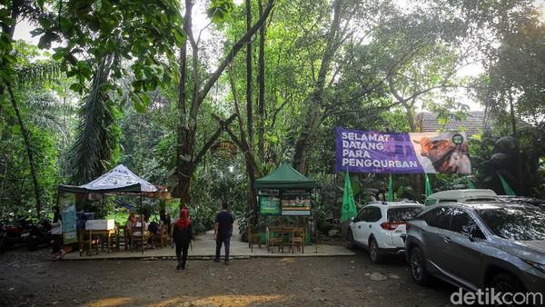 Tempat nyaman yang dipenuhi pepohonan ini bernama Kampung 99 Pepohonan, letaknya berada di kawasan Meruyung, Depok, Jawa Barat.