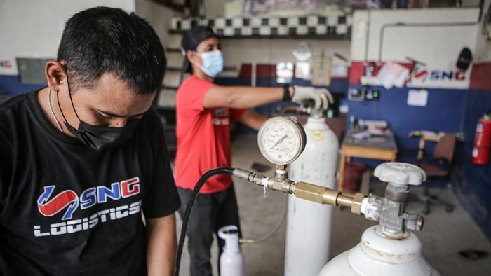 Melonjaknya kasus COVID-19 membuat permintaan akan oksigen ikut meningkat. Di Tangerang, seorang pengusaha dirikan posko pengisian tabung oksigen gratis.