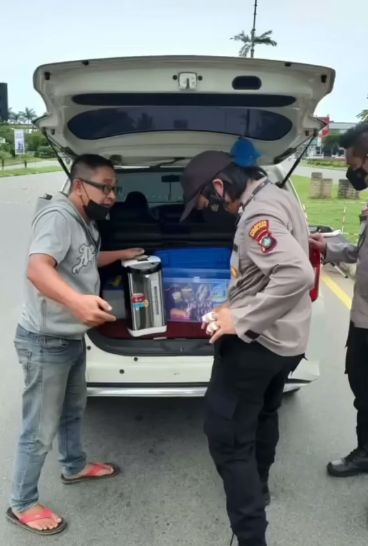 Driver Taksi Online Bagikan Kopi Gratis untuk Petugas di Pos PPKM Darurat yang ada di Batam