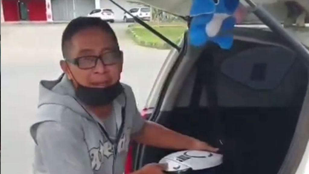 Salut! Driver Taksi Online Ini Bagikan Kopi Gratis untuk Petugas PPKM Darurat