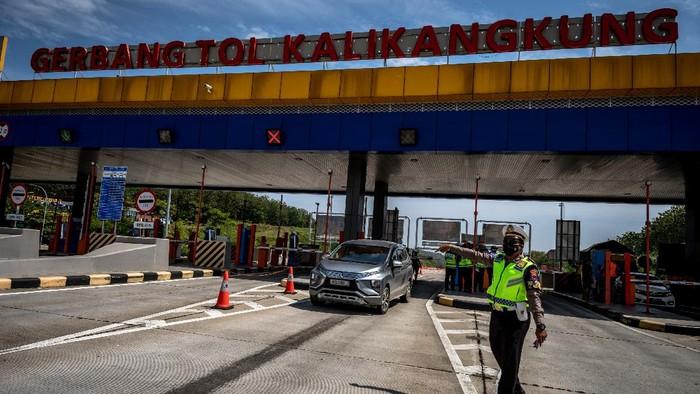 Personel kepolisian berjaga saat operasi penyekatan PPKM Darurat di Gerbang Tol Kalikangkung, Ngaliyan, Semarang, Jawa Tengah, Jumat (16/7/2021). Pada hari pertama penutupan 27 pintu keluar tol di wilayah Jawa Tengah hingga Kamis (22/7) mendatang, Polda Jawa Tengah memutarbalikkan kendaraan non esensial dan non kritikal yang tidak dilengkapi dokumen perjalanan sesuai aturan PPKM Darurat Jawa-Bali guna membatasi mobilitas masyarakat dalam upaya mencegah penyebaran COVID-19. ANTARA FOTO/Aji Styawan/hp.