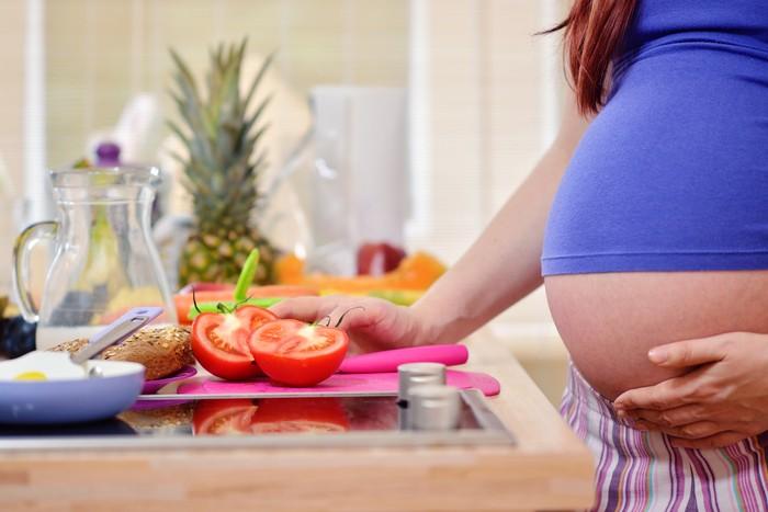 Ibu hamil makan tomat