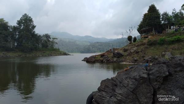 Danau dikelilingi hutan pinus dan perkebunan teh
