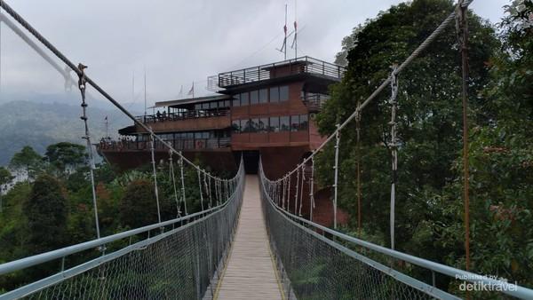 Jembatan pinisi termasuk spot favorit untuk berfoto