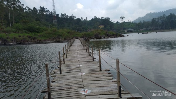 Untuk mengelilingi danau disediakan penyewaan perahu atau sepeda air