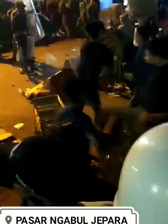 info bentrok pedagang vs aparat di pasar ngabul jepara