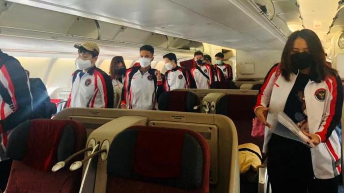 Tim bulutangkis Indonesia yang akan berlaga di Olimpiade tiba di Jepang. Mereka kemudian menjalani tes PCR dengan hasil negatif COVID-19.