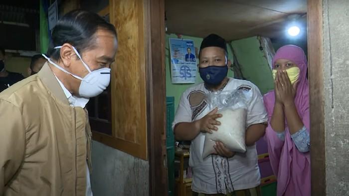 Jokowi Bagikan Sembako dan Paket Obat di Jakut