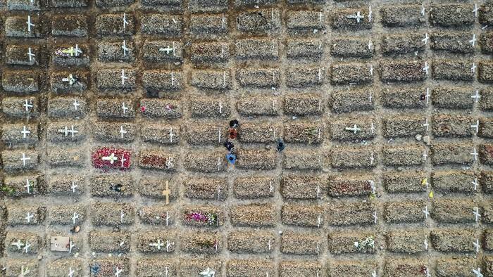 Foto udara suasana pemakaman khusus COVID-19 di TPU Rorotan, Cilincing, Jakarta Utara, Kamis (15/7/2021). Berdasarkan data Worldometer, Indonesia resmi masuk empat besar kasus aktif COVID-19 terbanyak di seluruh dunia, pada Kamis (15/7/2021) kasus aktif di Indonesia mencapai 480.199 kasus, melampaui Rusia yang tercatat 457.250 kasus, Indonesia juga jauh melampaui India yang tercatat 432.011 kasus. ANTARA FOTO/M Risyal Hidayat/foc.