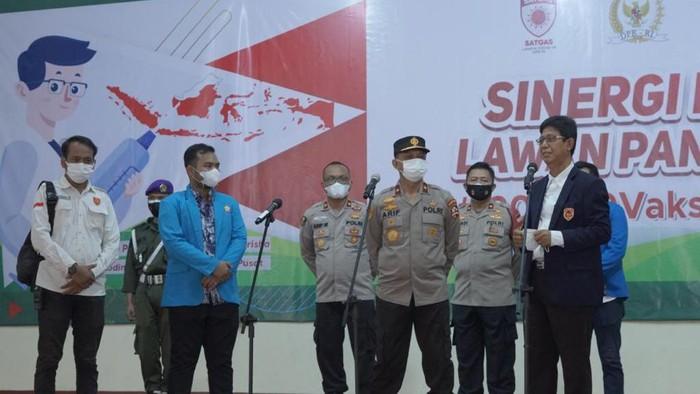 kegiatan vaksinasi massal mahasiswa dan warga di Pendopo Universitas Krisna Dwipayana, Jakarta, Kamis (15/7/2021).