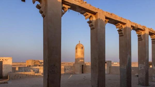 Al Jumail berasal dari paruh kedua abad ke 19. Sisa-sisa bangunan menunjukkan pentingnya desa di masa itu yang menjadi pemukiman tertua. (Dimitris Sideritis/CNN)
