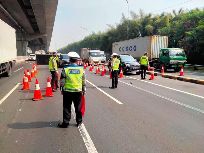 Libur Idul Adha, Lalin di KM 31 Tol Jakarta-Cikampek Disekat pada 16-22 Juli. Foto dikirim Jasa Marga di grup wartawan.