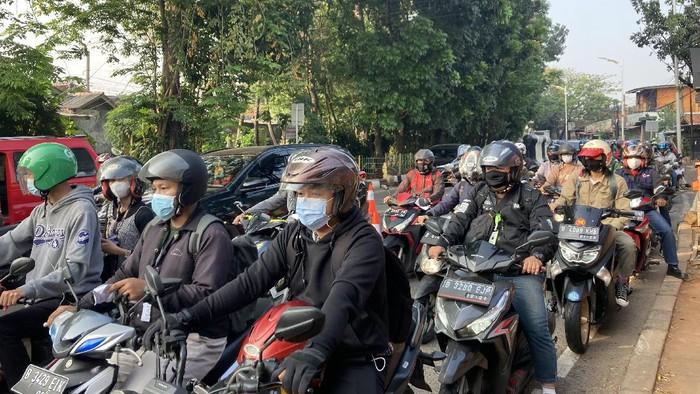 Macet sekitar 1 km menjelang titik penyekatan Jalan Raya Lenteng Agung, Jakarta Selatan menuju Pasar Minggu