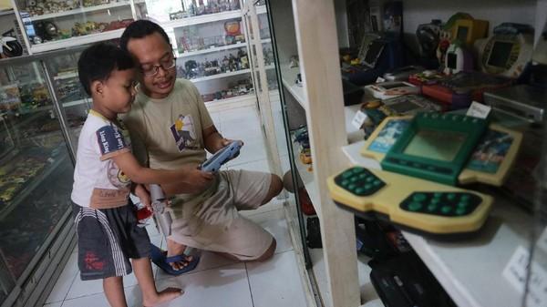 Ribuan mainan anak-anak dari era 60-an hingga 90-an dipajang di museum yang didirikan tahun 2018 lalu untuk menjaga kenangan masa kanak-kanaknya, mulai dari berbagai tokoh film aksi, boneka, game watch hingga mainan mobil-mobilan berbahan kaleng
