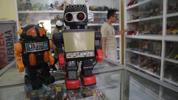 Endra Koestanto (40) menunjukkan mainan koleksinya di Museum Mainan Jalan Raya Veteran, Desa Miagan, Kecamatan Mojoagung, Kabupaten Jombang, Jawa Timur, Jumat (16/7/2021).