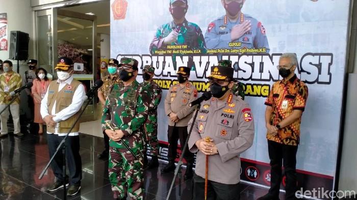 Panglima TNI, Kapolri, Kepala BNPB, saat meninjau vaksinasi di Semarang, Jumat (16/7/2021).