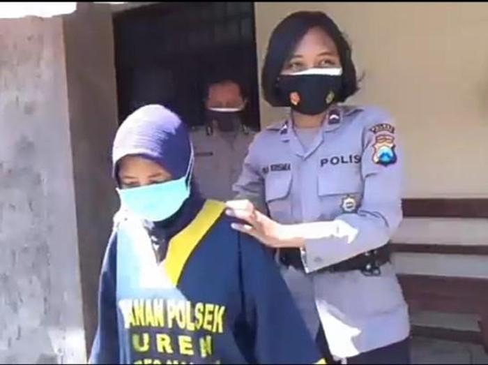 Seorang wanita di Malang harus mendekam di balik jeruji besi Polsek Turen. Ia tertangkap CCTV saat mengambil HP yang terjatuh di depannya.