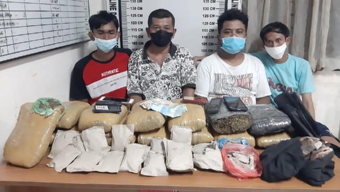 Polisi menangkap 4 Pria di Kota Pematangsiantar, Sumatera Utara (Sumut) dan menyita 14,5 kg ganja kering.