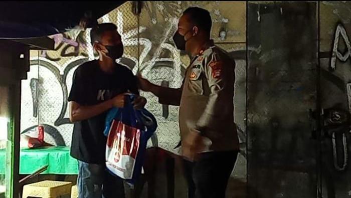 Polres Tangsel bagikan sembako ke warga terdampak PPKM darurat