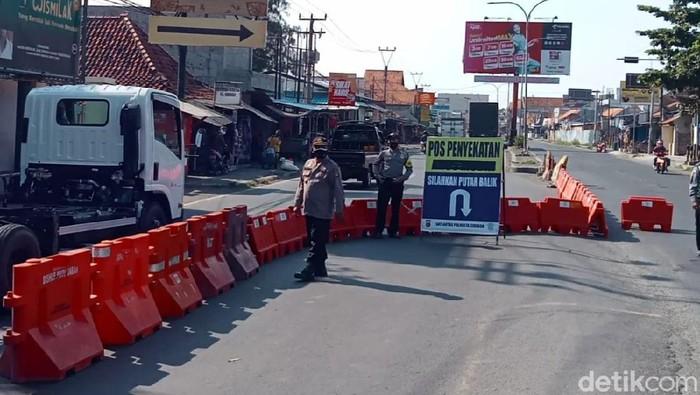 Polresta Cirebon melakukan penyekatan di sejumlah ruas jalan