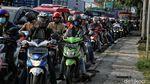 Ramainya kendaraan di Penyekatan Kawasan Bekasi
