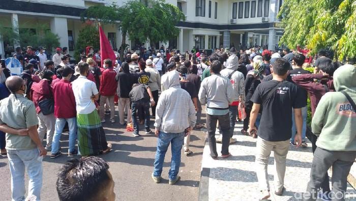 Ratusan pedagang geruduk kantor Walkot Bajar protes PPKM Darurat
