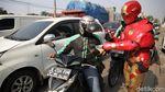 Saat Para Superhero Turun ke Jalan Bagikan Makanan di Bekasi