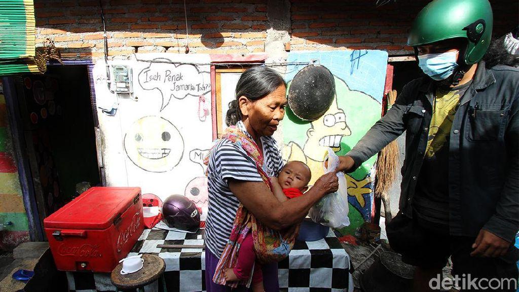 Semangat Pedagang Sayur di Solo Berbagi Sayuran Saat PPKM Darurat