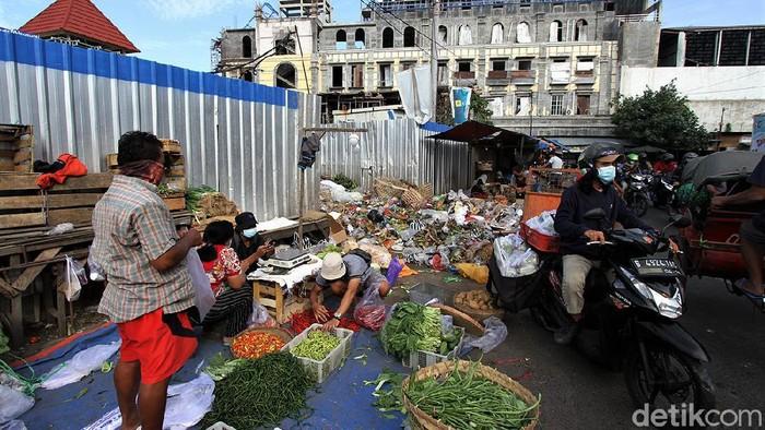 Pemberlakuan PPKM Darurat berdampak bagi banyak pihak. Pedagang sayur online di Solo pun tergerak untuk membantu sesama lewat sayuran. Ini potretnya.