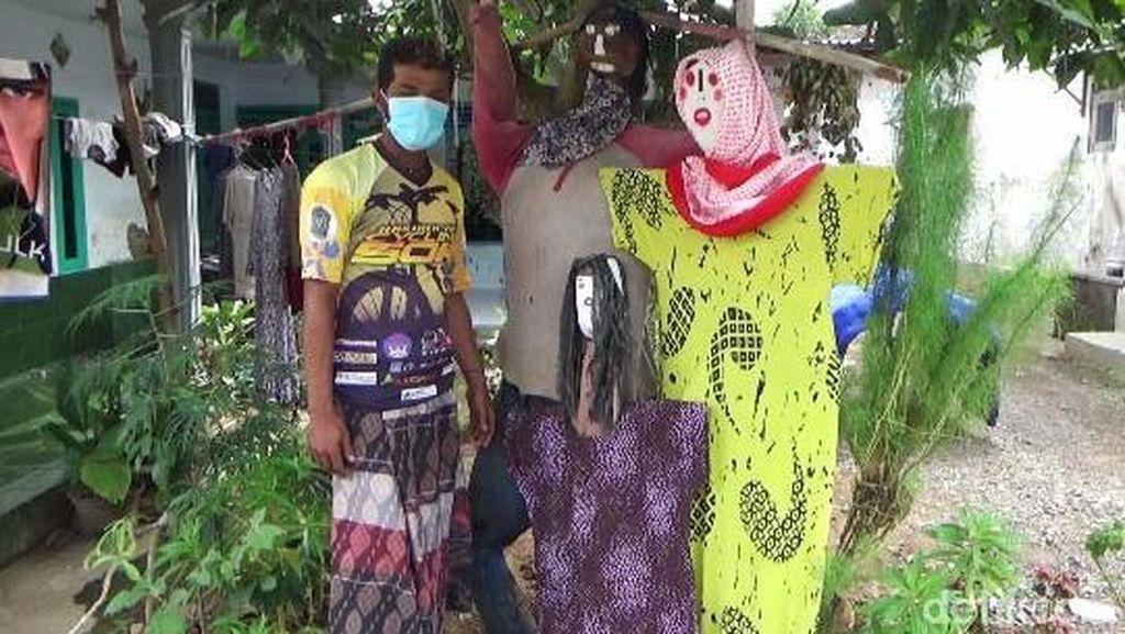 Usir Corona, Warga di Lumajang Pasang Boneka Orang-orangan di Depan Rumah
