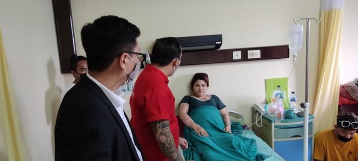 Wanita Dipukul Satpol PP Gowa, Amriana sedang duduk