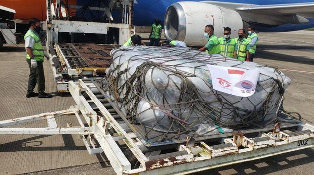 200 tabung oksigen dari Singapura diturunkan dari pesawat di Bandara Adi Soemarmo, Boyolali, untuk dikirim ke Solo, Sabtu (17/7/2021).