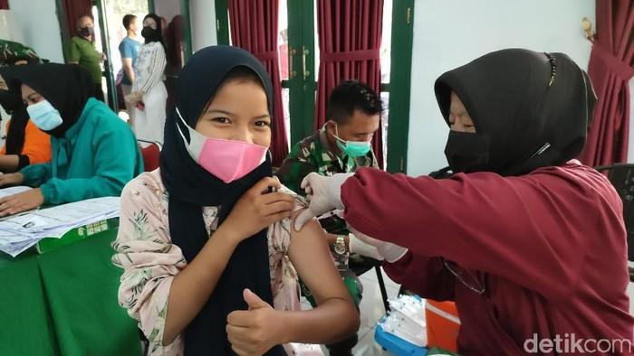 Anak usia 12-18 tahun di Kabupaten Ciamis, Jawa Barat, mulai menjalani vaksinasi COVID-19 yang digelar oleh Kodim 0613 Ciamis, Sabtu (17/7/2021). Tujuannya untuk melindungi anak-anak dari paparan virus Corona.