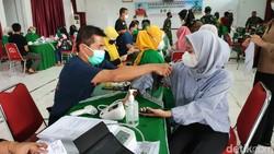Anak usia 12-18 tahun di Kabupaten Ciamis mulai vaksinasi COVID-19 yang digelar Kodim 0613 Ciamis. Tujuannya untuk melindungi anak-anak dari virus Corona.