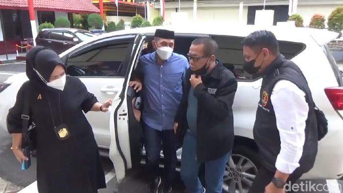Eks Sekretaris Satpol PP Gowa Mardani Hamdan (pakai peci) pemukul pasutri tiba di Polres Gowa.