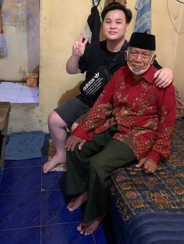 Foto Andrew Dinata yang membuat konten berbagi kepada sesama di TikTok.