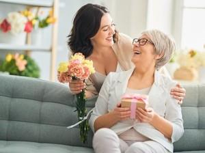8 Ide Kado Ulang Tahun Berkesan untuk Mertua biar Makin Disayang
