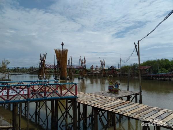 Kamu bisa menyewa perahu untuk menyusuri hutan bakau