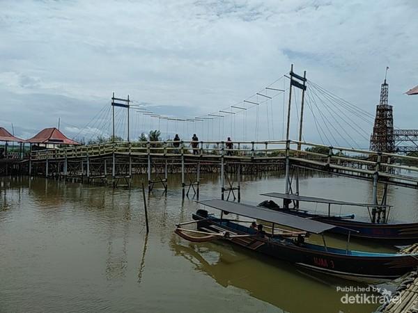 Tampak jembatan, perahu dan spot foto terbuat dari bahan bambu dan kayu