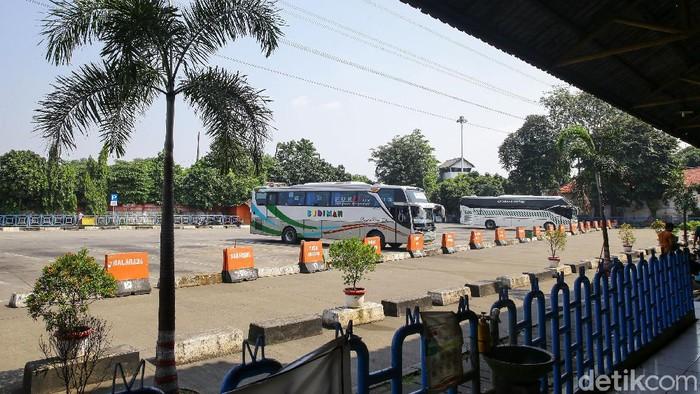 Suasana lengang tampak terlihat di kawasan Terminal Kampung Rambutan, Jakarta, Sabtu (17/7/20210).