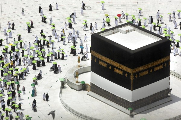 Mengunjungi Masjidil Haram, situs paling suci dalam Islam, cukup mudah jika kamu seorangmuslim. Bahkan, beberapa operator tur spesialis hanya berkonsentrasi pada wisata haji ke Mekkah. Non-Muslim, bagaimanapun, tidak diperbolehkan masuk ke Mekah sama sekali, apalagi ke Masjidil Haram. Jangan coba-coba mengecoh polisi setempat.(AP/Amr Nabil)