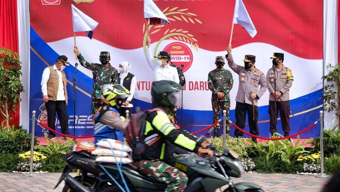 Kapolri Jenderal Polisi Listyo Sigit Prabowo bersama Panglima TNI Marsekal Hadi Tjahjanto