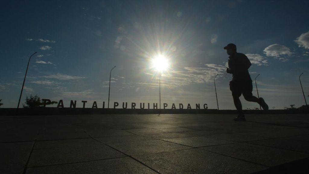 Warga Manfaatkan Objek Wisata Tutup Untuk Lahan Olahraga