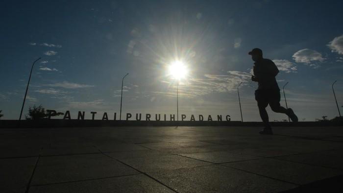Warga berolahraga di pedestrian Pantai Padang, Sumatera Barat, Jumat (16/7/2021). Warga memanfaatkan kawasan objek wisata Pantai Padang yang ditutup selama penerapan PPKM darurat untuk berolahraga ANTARA FOTO/Iggoy el Fitra