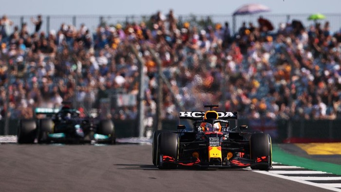 NORTHAMPTON, ENGLAND - JULY 17: Max Verstappen of the Netherlands driving the (33) Red Bull Racing RB16B Honda leads Lewis Hamilton of Great Britain driving the (44) Mercedes AMG Petronas F1 Team Mercedes W12 during the Sprint for the F1 Grand Prix of Great Britain at Silverstone on July 17, 2021 in Northampton, England. (Photo by Lars Baron/Getty Images)
