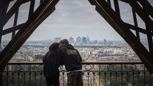 Mereka kini bisa melihat kembali indahnya cakrawala kota Paris dari ketinggian.