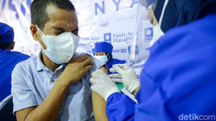 Petugas medis tengah melakukan vaksinasi kepada warga di Posko Vaksinasi Partai Amanat Nasional (PAN), Jakarta, Sabtu (16/7/2021).