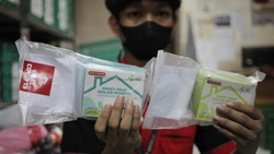 Pemerintah membagikan paket obat gratis kepada warga positif COVID-19 yang melakukan isolasi mandiri. Obat ini didistribusikan oleh TNI. Begini cara dapatnya.