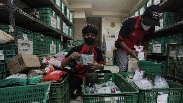 Pekerja menunjukkan paket obat COVID-19 di salah satu gerai ekspedisi SiCepat pengiriman barang gerai di Jalan K.S Tubun, Petamburan, Jakarta, Sabtu (17/7/2021). Pemerintah pusat resmi membagikan sebanyak 300.000 paket obat gratis berupa multivitamin, Azithtromycin, dan Oseltamivir bagi pasien COVID-19 yang menjalani isolasi mandiri di Pulau Jawa dan Bali. ANTARA FOTO/ Reno Esnir/aww. *** Local Caption ***