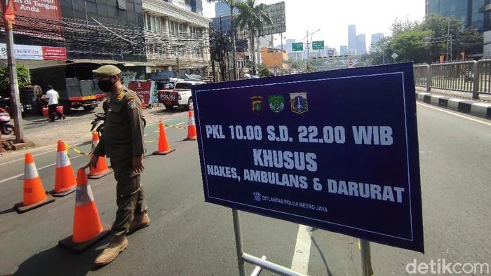 Penyekatan di Jl Mampang Prapatan Raya, jelang underpass arah Jl HR Rasuna Said, 17 Juli 2021. (Azhar Bagas Ramadhan/detikcom)